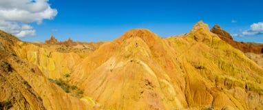 Panorama largo anaranjado y amarillo colorido de la formación de roca de las montañas fotos de archivo libres de regalías