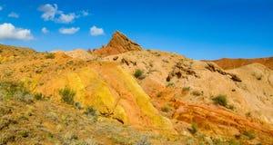 Panorama largo anaranjado y amarillo colorido de la formación de roca de las montañas imagen de archivo