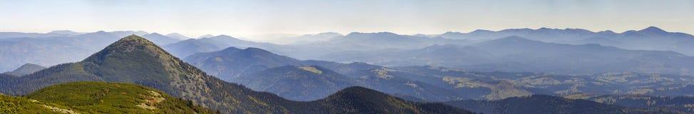 Panorama largo de montes verdes da montanha no tempo claro ensolarado Paisagem das montanhas Carpathian no verão Ideia do covere  foto de stock