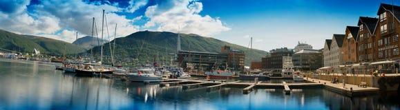 Panorama largo mega do fundo da cidade de Tromso fotos de stock