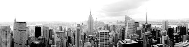 Panorama largo super de Manhattan na foto preto e branco de New York Foto de Stock Royalty Free