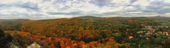 Panorama las i wioska w jesieni Obrazy Stock