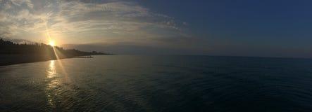 Panorama Lever de soleil sur la Mer Noire L'Abkhazie photos stock