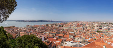 Panorama Lisbon pejzaż miejski z 25 De Abril zawieszenia mostem Zdjęcia Royalty Free