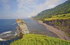 Panorama litoral em uma costa remota imagem de stock