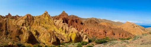 Panorama longo alaranjado e amarelo colorido da formação de rocha das montanhas foto de stock royalty free