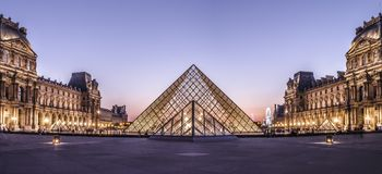 Panorama louvre muzeum ostrosłup zdjęcie royalty free