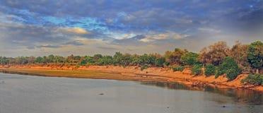 Panorama Luangwa rzeka z ciemnym ciemniusieńkim chmurnym niebem, południowy luangwa, zambiowie, afryka poludniowa Fotografia Royalty Free