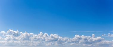 Panorama lub panoramiczna fotografia niebieskie niebo, chmury i cloudscape zdjęcie stock