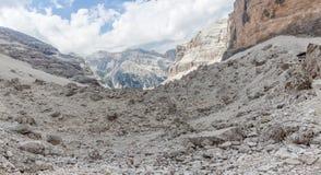 Panorama lunare dei massi della capanna della montagna di Giussani in uno scenario dolomitico impressionante fotografia stock