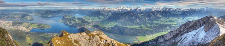 Panorama lungo della montagna del lago Immagini Stock Libere da Diritti