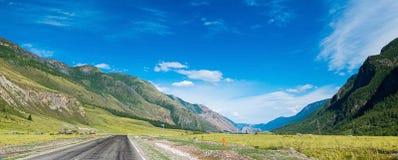 Panorama lungo delle montagne e delle strade di Altai fra loro, Repubblica di Altai, Russia immagini stock