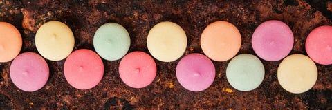 Panorama, Macarons, ciastka lub ciastka na ośniedziałym tle, t Zdjęcia Stock