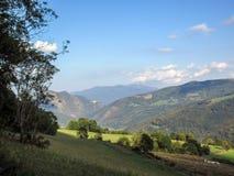 Panorama magnífico con las montañas del macizo de Conigou, la vegetación verde y el cielo azul, los Pirineos del verano de Franci fotografía de archivo libre de regalías