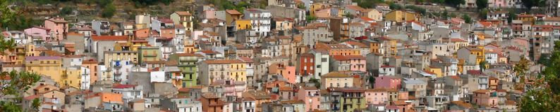 Panorama, maisons en pastel sur le flanc de coteau, Photo stock