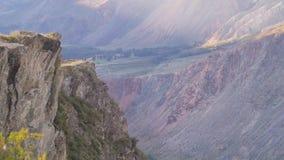 Panorama majestuoso de las montañas en la luz de igualación La imagen pintoresca del parque nacional, reserva de naturaleza almacen de metraje de vídeo