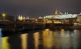 Panorama Marksteinanziehungskraftlandschaft in Prag: Prag-Schloss, katholisches Heiliges Vitus Cathedral und die Moldau-Fluss- Ts stockbild