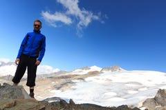 Panorama maschio del ghiacciaio della montagna e dell'alpinista con il fronte del sud di Grossvenediger della sommità nelle alpi  Fotografia Stock