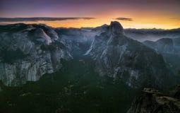 Panorama med den halva kupol- och Yosemite dalen och morgonmist på walleys och kullar under morgon i den Yosemite nationalparken royaltyfri fotografi