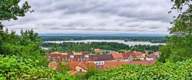 Panorama med den lilla staden Arkivbild
