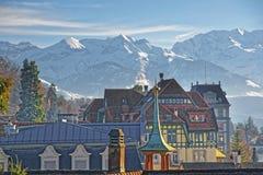 Panorama med en tornspira i Thun och fjällängarna Royaltyfria Foton