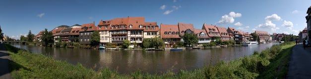 Panorama med historiska hus och floden Regnitz i Bamberg Arkivbild
