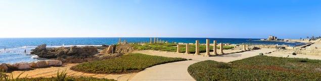 Panorama med kolonner av den forntida Roman Villa på Mediterren Royaltyfria Foton