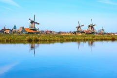 Panorama med väderkvarnar i Zaanse Schans, traditionell by, Nederländerna, norr Holland Fotografering för Bildbyråer