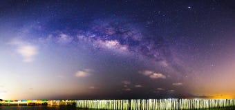 Panorama Melkachtige manier bij het overzees in donkere nacht Royalty-vrije Stock Foto