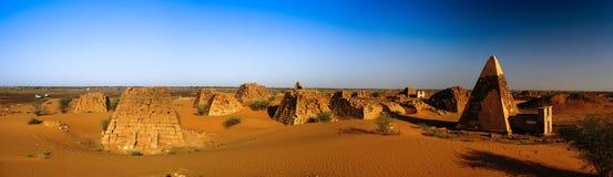Panorama Meroe ostrosłupy w pustynnym Sudan, Zdjęcie Stock
