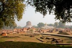 Panorama met archeologische plaats bij Sarnath-ruïnes en Boeddhistische Dhamek-stupa royalty-vrije stock afbeelding