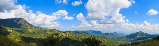 Panorama met berg en hemel Royalty-vrije Stock Foto's