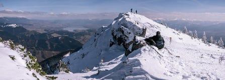 Panorama met grote bergen en rustende toeristen, de wintertijd stock fotografie