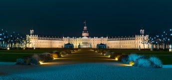 Panorama met het paleis van Karlsruhe bij nacht royalty-vrije stock afbeeldingen