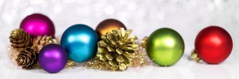 Panorama met kleurrijke Kerstmisballen en sparappel, wit scheenbeen stock fotografie