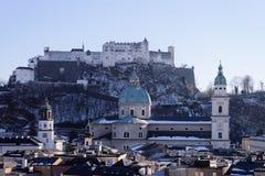 Panorama met Landschap in Oud stad en Hohensalzburg-kasteel Salzburg royalty-vrije stock foto's