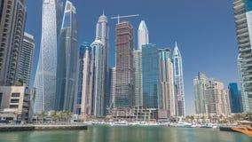 Panorama met moderne wolkenkrabbers en jachten van de Jachthaven van Doubai timelapse, Verenigde Arabische Emiraten stock videobeelden