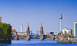 Panorama met oberbaumbruecke in Berlijn Stock Afbeeldingen