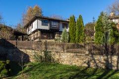 Panorama met Oud huis met houten omheining in dorp van Bozhentsi, Bulgarije Stock Foto