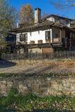Panorama met Oud huis met houten omheining in dorp van Bozhentsi, Bulgarije Stock Fotografie