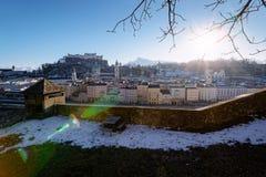 Panorama met zonsondergang in Oud stad en Hohensalzburg-kasteel Salzburg stock foto's