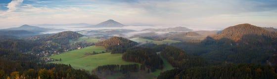 Panorama mglisty krajobraz w ranku słońcu Obrazy Stock