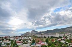 Panorama miasto kurortu morze z pięknymi górami i scenicznym niebem, Crimea Zdjęcie Stock