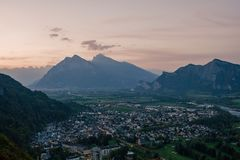 Panorama miasto Zły Ragaz przeciw tłu Szwajcarscy Alps przy zmierzchem zły ragaz Switzerland Obrazy Royalty Free