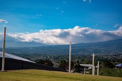 Panorama miasto z górami i niebem obrazy stock