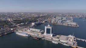 Panorama miasto zawody międzynarodowi port z hotelem i naczynie na Czarnym Dennym brzeg przeciw niebieskiemu niebu, powietrzna an zbiory