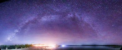 Panorama Milky sposób wzrasta nad tamą w Tajlandia Zdjęcie Stock