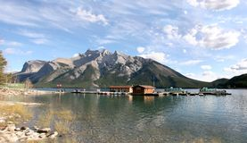 Panorama - Minnewanka Tourboats Lizenzfreie Stockfotos