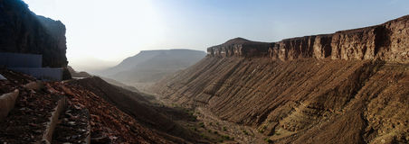 Panorama mit Adrar-Berg, Felsen und Schlucht Mauretanien Stockfotos