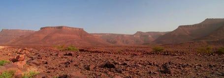 Panorama mit Adrar-Berg nahe Terjit, Felsen und Schlucht in Mauretanien Stockfoto